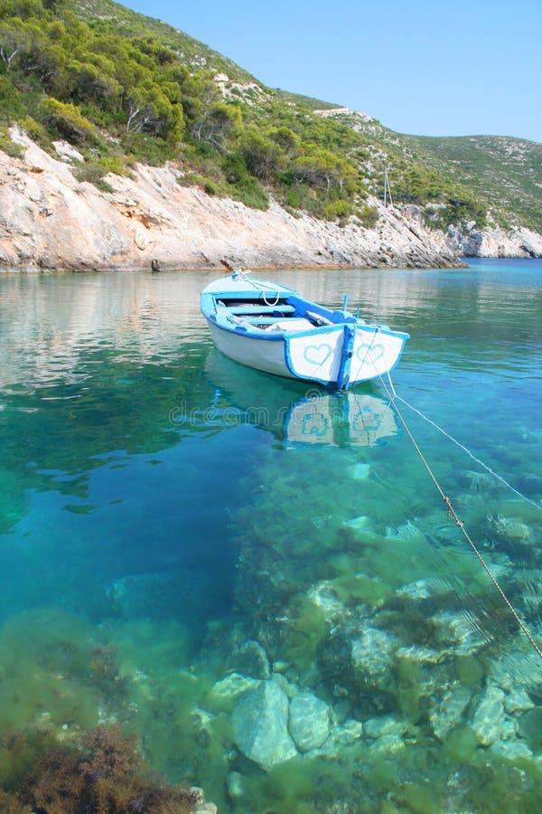 Romantische boot met twee geschilderde harten stock afbeeldingen
