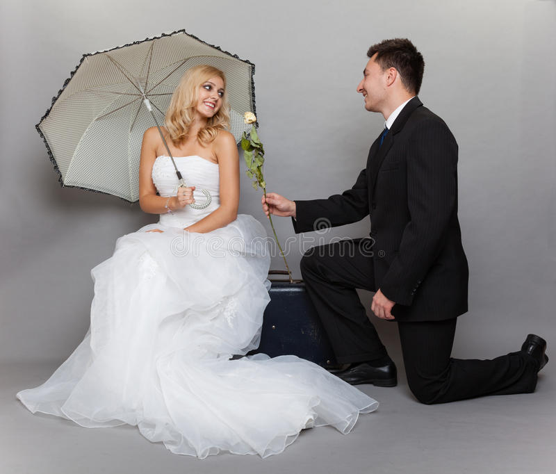 Romantische Braut und Bräutigam des verheirateten Paars mit stiegen stockfoto