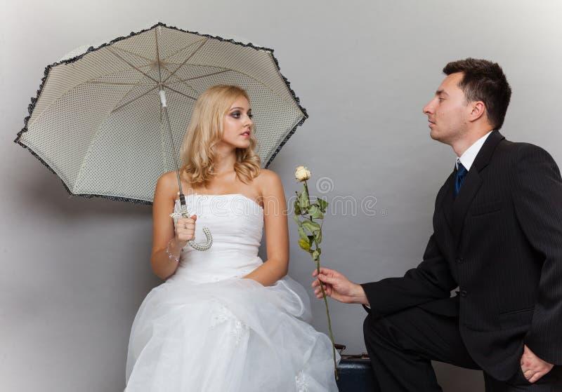 Romantische Braut und Bräutigam des verheirateten Paars mit stiegen lizenzfreie stockbilder