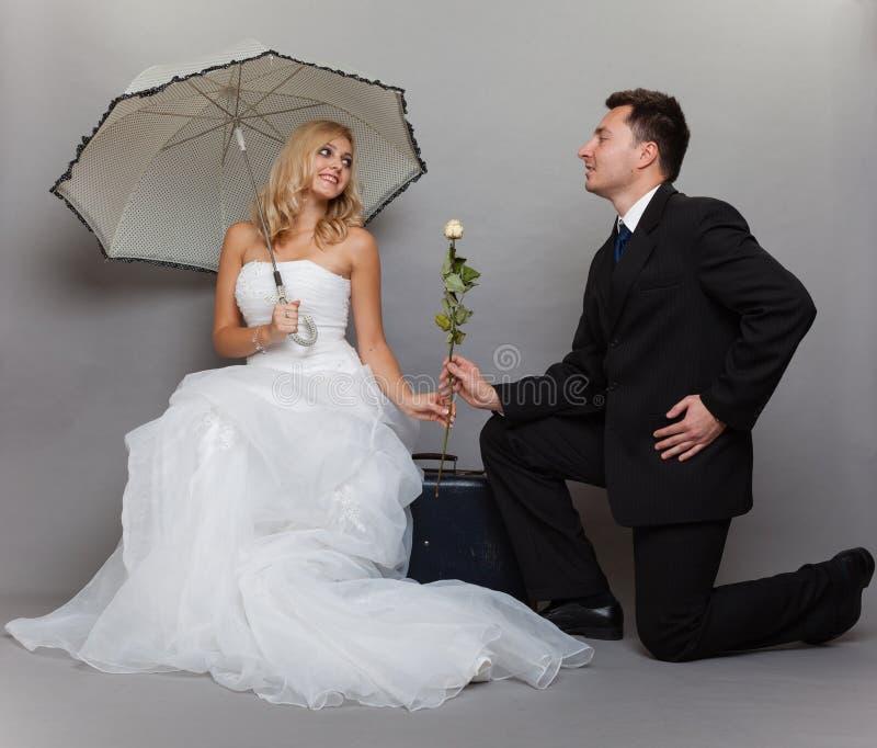 Romantische Braut und Bräutigam des verheirateten Paars mit stiegen lizenzfreie stockfotos