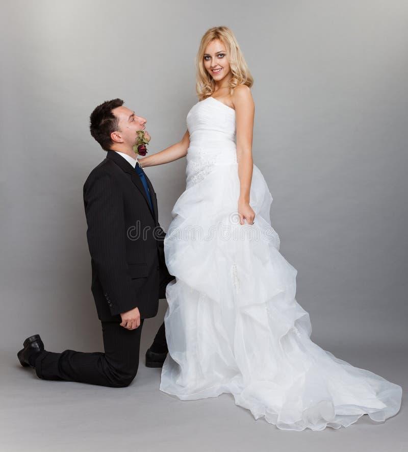 Romantische Braut und Bräutigam des verheirateten Paars mit stiegen stockbild