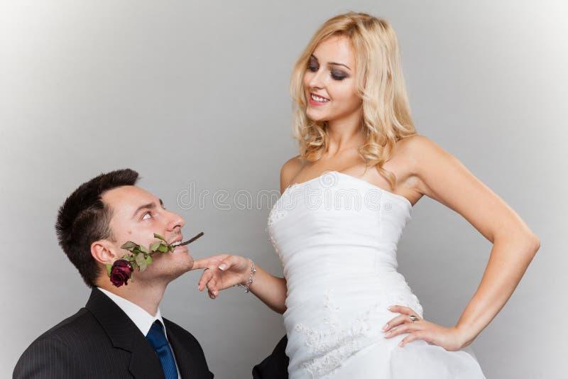 Romantische Braut und Bräutigam des verheirateten Paars mit stiegen lizenzfreies stockfoto