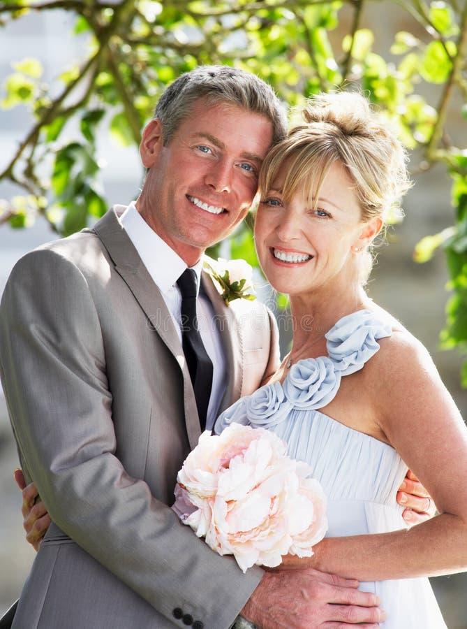 Romantische Braut und Bräutigam Embracing Outdoors lizenzfreie stockfotografie