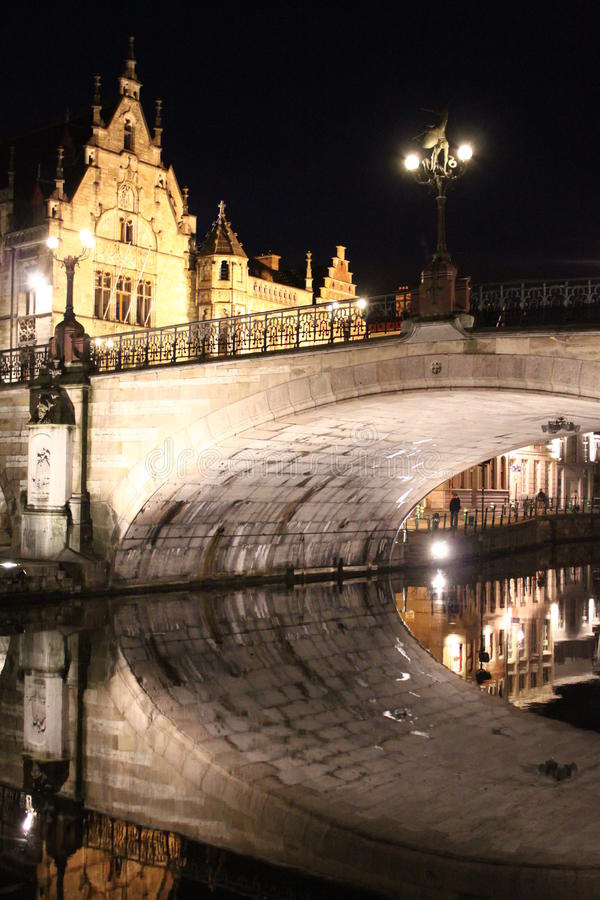 Romantische brug en zijn gedachtengang bij nacht in Gent, België stock fotografie