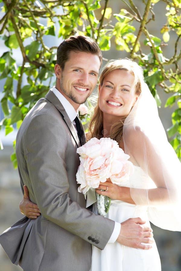 Romantische Bruid en Bruidegom Embracing Outdoors stock foto's