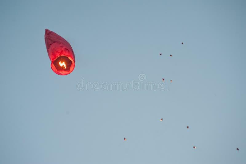 Romantische chinesische Laterne im Himmel lizenzfreie stockbilder