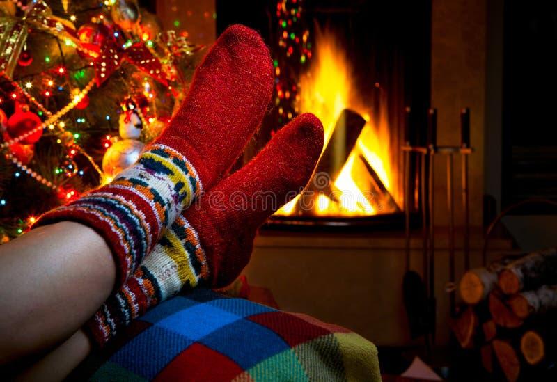 Romantische de winteravond door open haardKerstmis stock foto's