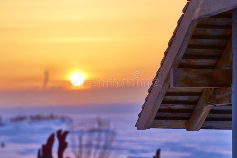 Romantische de wintervakantie op de kust van een groot meer Mooie de winterzonsondergang Een hotel complex in het bos op de kust  royalty-vrije stock foto