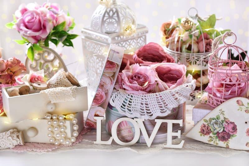 Romantische decoratie in uitstekende stijl voor Valentijnskaarten of huwelijksdag stock foto