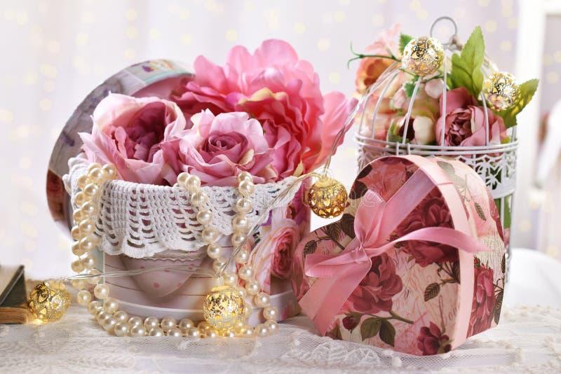 Romantische decoratie in uitstekende stijl voor Valentijnskaarten of huwelijksdag royalty-vrije stock afbeeldingen