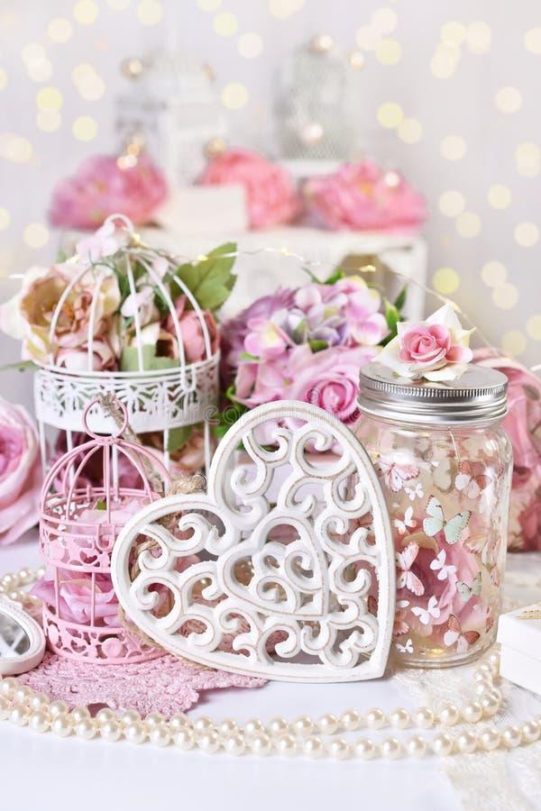 Romantische decoratie in uitstekende stijl voor Valentijnskaarten of huwelijksdag stock afbeelding