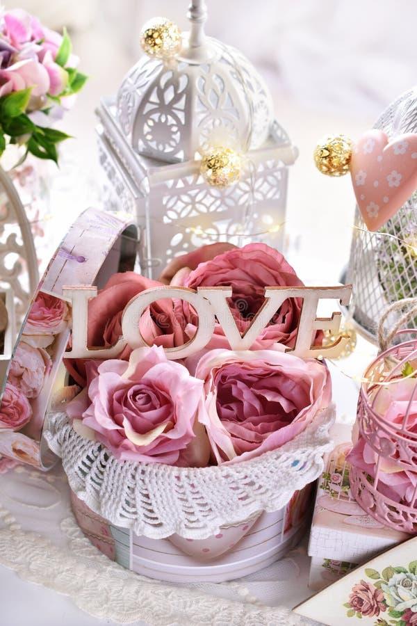Romantische decoratie in uitstekende stijl voor Valentijnskaarten of huwelijksdag stock foto's