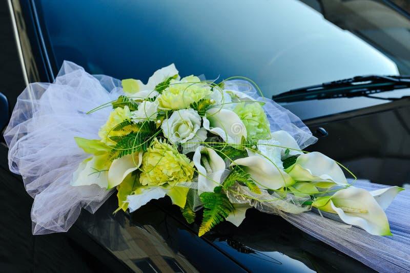 Romantische Decoratiebloem op Huwelijksauto in Zwarte stock afbeelding