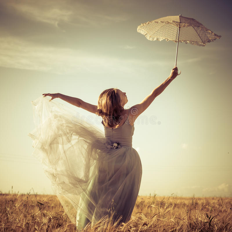 Romantische des Sommers Fee draußen: schöne blonde junge Frau, die den Spaß trägt langes helles Kleid und hält weißen Spitzeregen lizenzfreies stockfoto