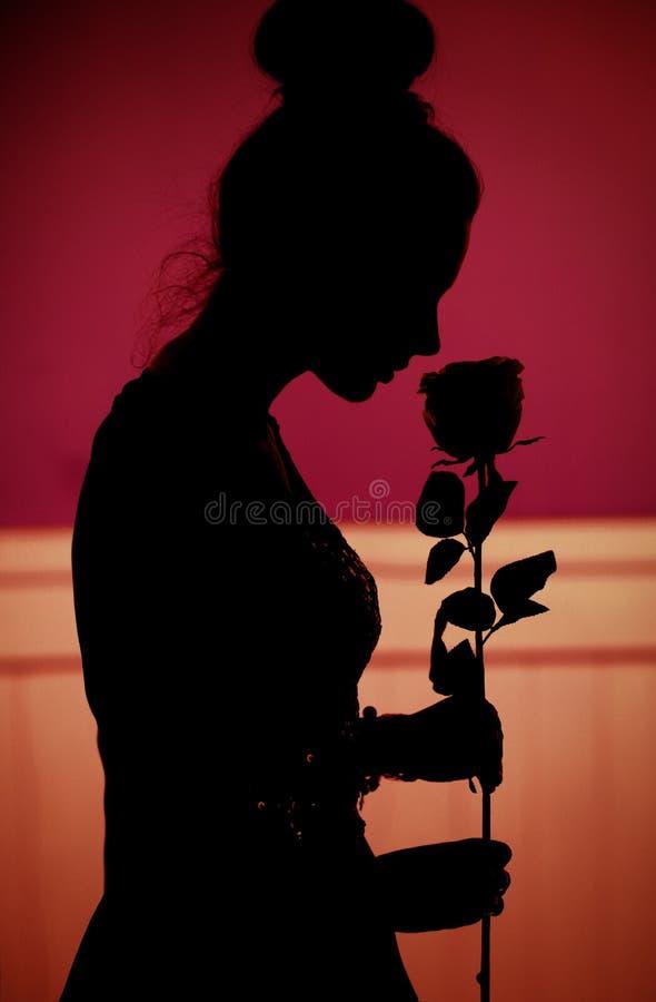 Romantische die scène van de vrouw met roze door echtgenoot wordt gegeven royalty-vrije stock foto's