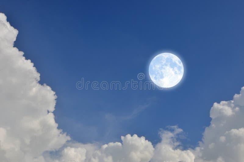 Romantische en charmante volle maan in blauwe hemel met witte wolken stock afbeelding
