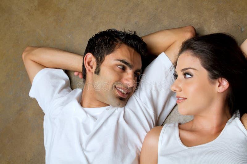 Romantische ethnische Paare in der Liebe lizenzfreies stockbild