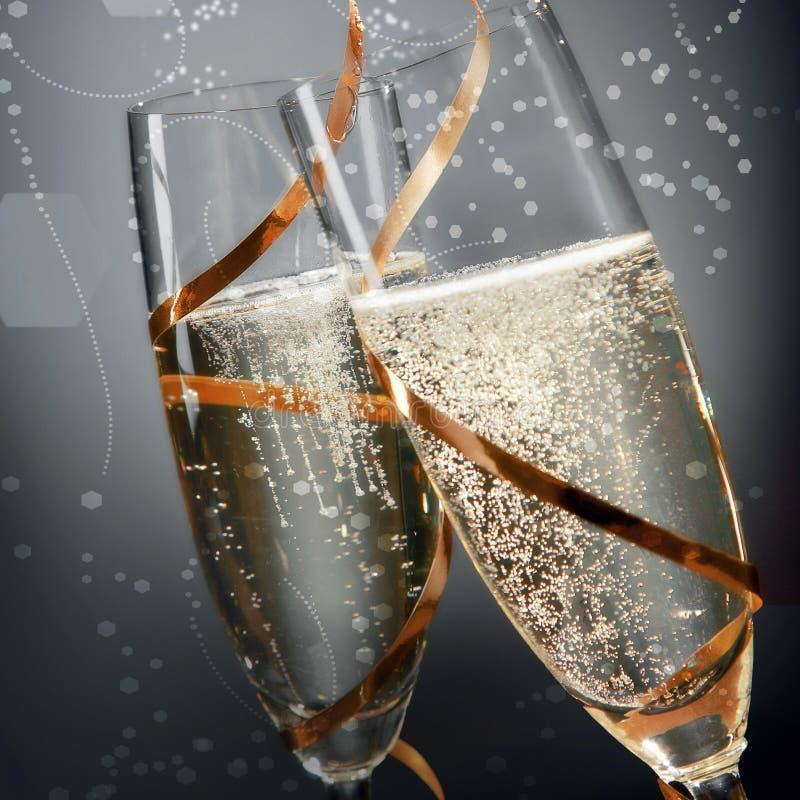 Romantische Flöten des funkelnden goldenen Champagners lizenzfreie stockbilder