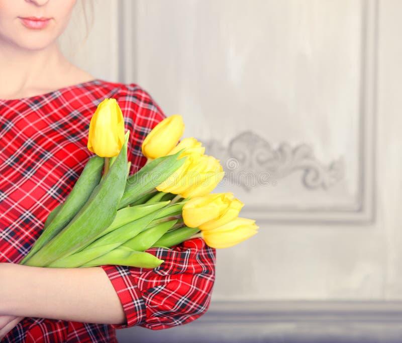 Romantische Frau mit dem blonden Haar mit Tulpenblumenstrauß lizenzfreies stockfoto