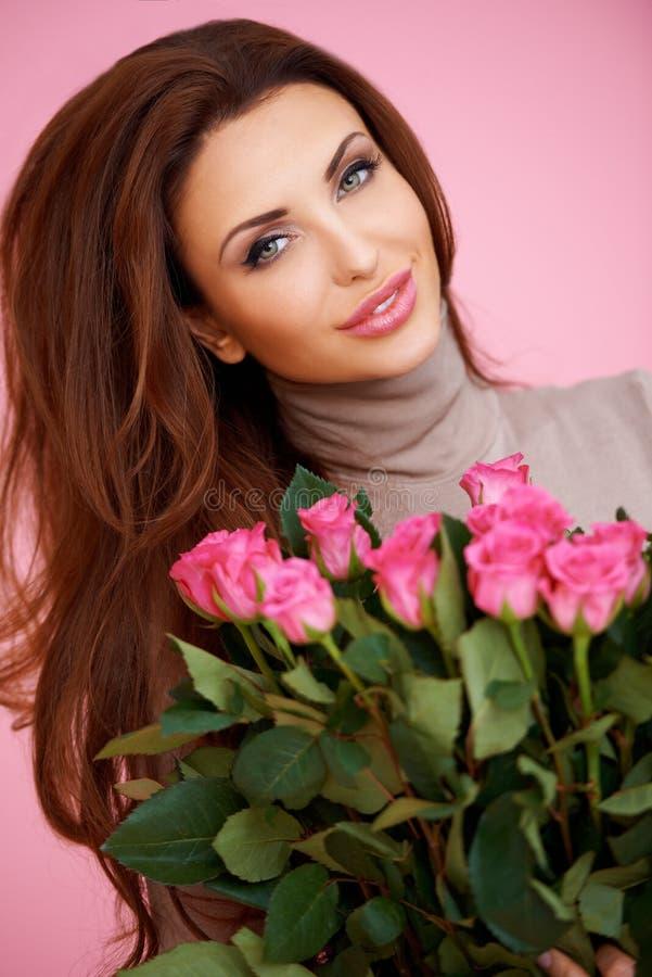 Romantische Frau mit rosa Rosen stockfotografie