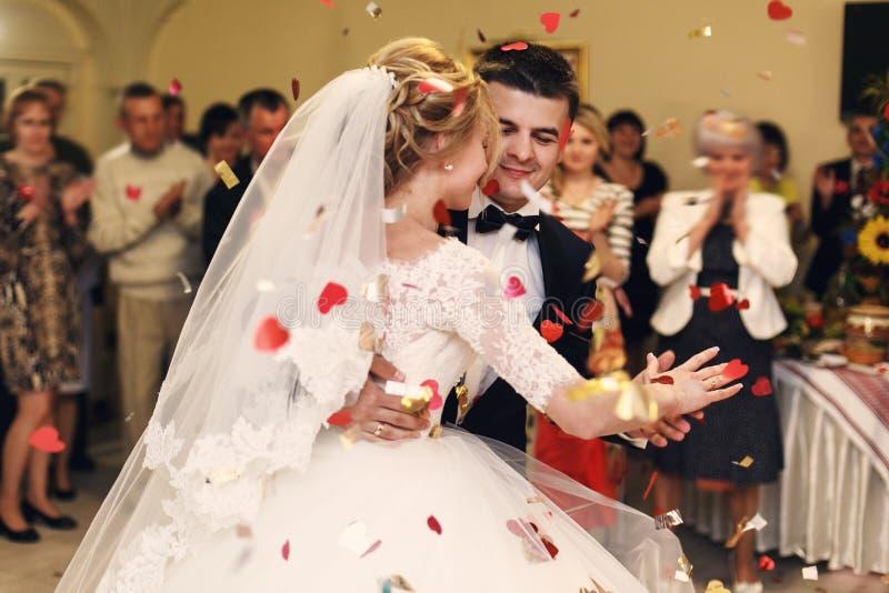 Romantische gelukkige elegante bruidegom in zwart kostuum en mooie witte D stock afbeelding