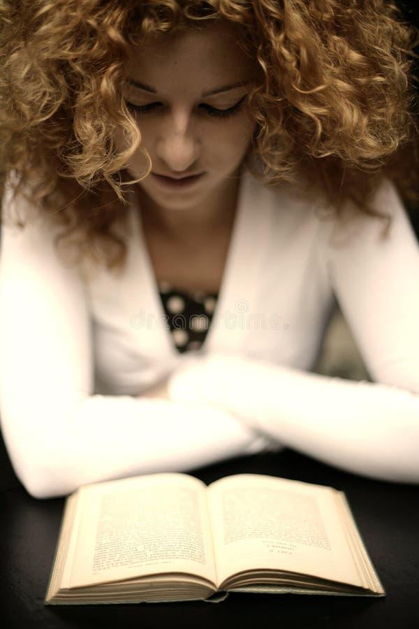 Romantische gelukkige jonge vrouwenlezing royalty-vrije stock afbeelding