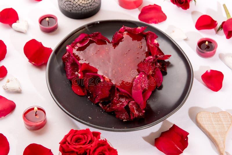 Romantische hart-vormige rode cake stock foto
