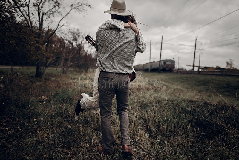 Romantische indie Hippie-Paare, die herum auf Herbstgebiet, h wirbeln lizenzfreie stockfotografie