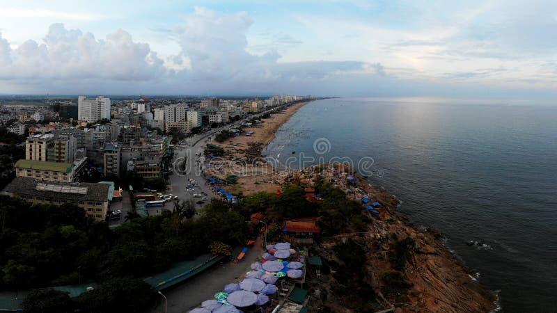 Romantische jonge stad op de kust stock afbeeldingen