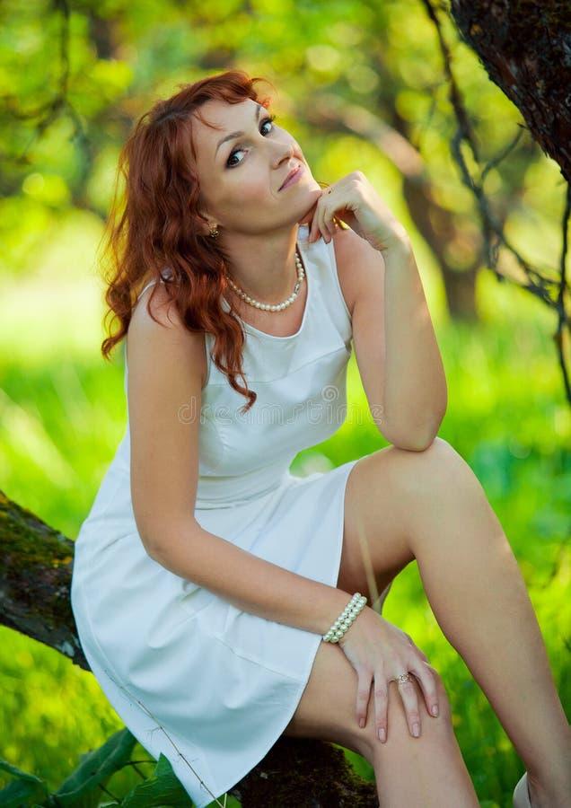 Romantische jonge vrouw in de de lentetuin onder stock fotografie