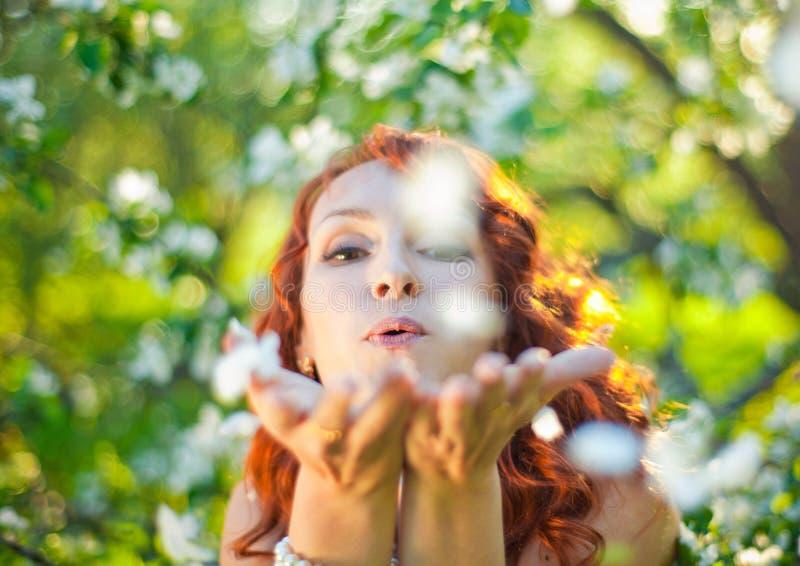 Romantische jonge vrouw in de de lentetuin onder royalty-vrije stock afbeelding