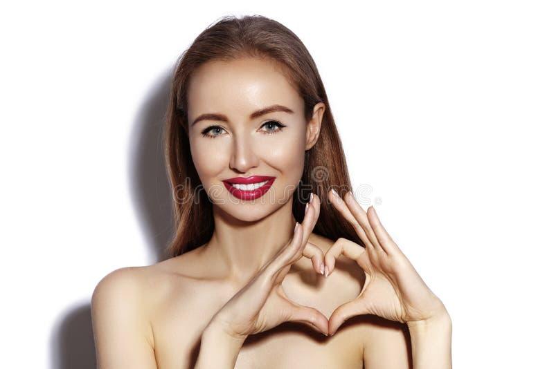 Romantische jonge Vrouw die Hartvorm met haar Vingers maken Liefde en van de Valentijnskaartendag Symbool Maniermeisje met Gelukk royalty-vrije stock afbeeldingen