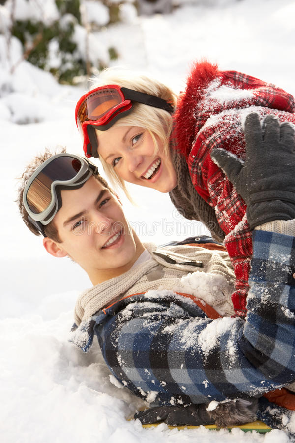 Romantische Jugendpaare, die Spaß im Schnee haben stockfoto