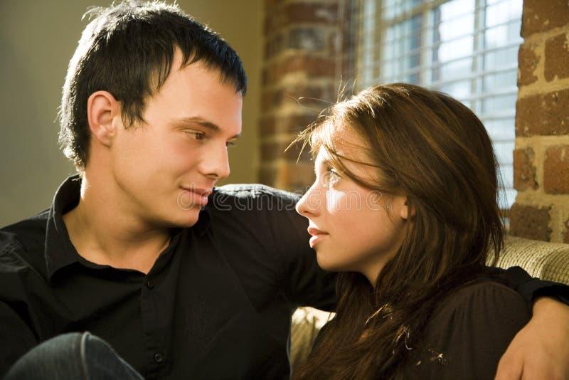 Romantische junge Paare stockbild