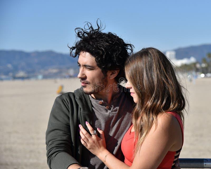 Romantische junge Paare auf dem Strand lizenzfreies stockbild