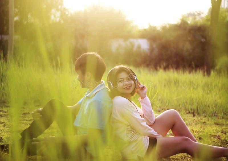 Romantische junge Paare in der Liebe lizenzfreies stockfoto