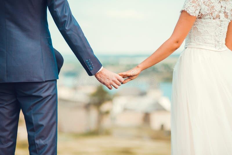 Romantische junge Paare, die Sonne nahe Fluss genießen stockfotografie