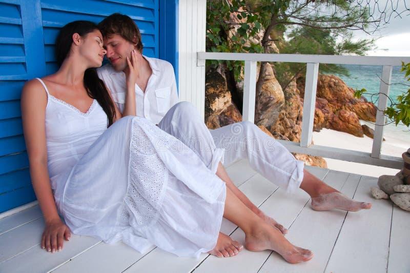 Romantische junge Paare im tropischen Strandhaus stockfoto