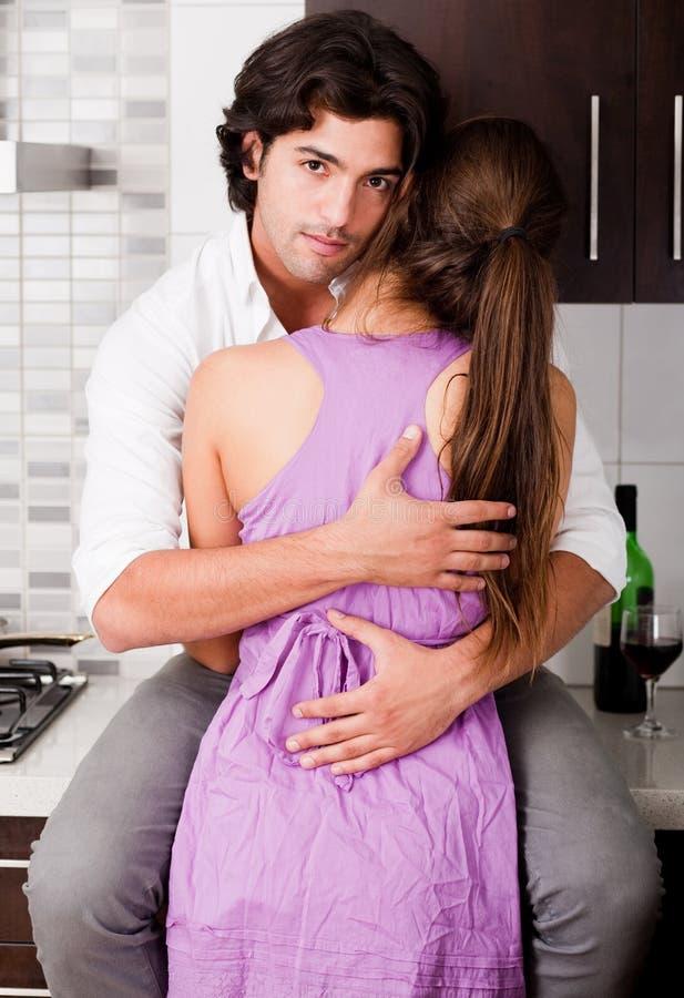 Romantische junge Paarumarmung lizenzfreie stockfotos