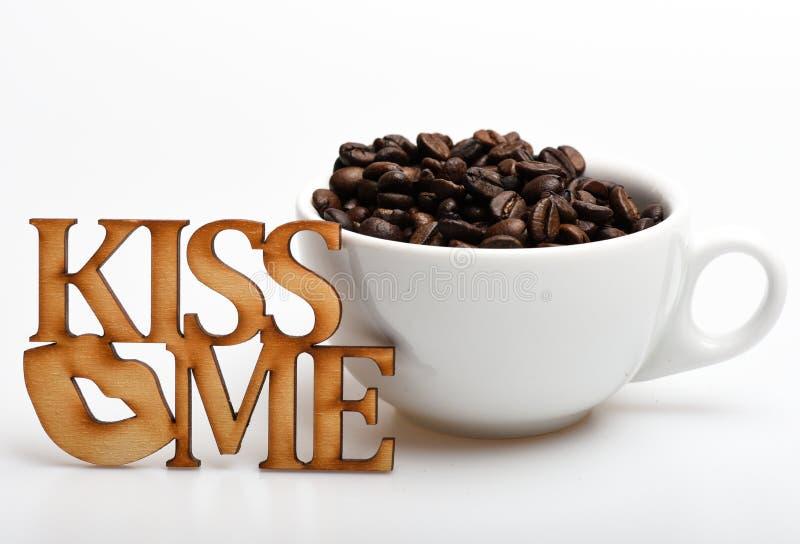 Romantische Kaffeepause BecherKaffeebohnen auf weißem Hintergrund Genießen Sie Kaffeegetränk Datum im Cafékonzept Getränk bestehe stockbild