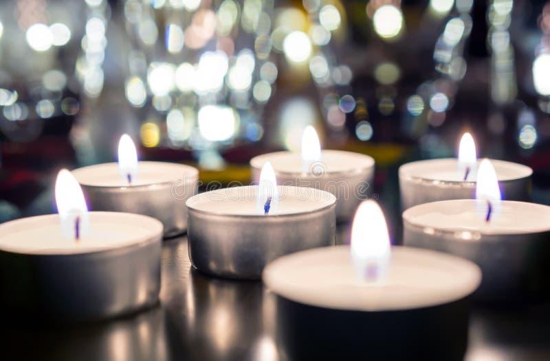7 romantische Kerzen-Lichter auf Holztisch mit Bokeh an der Nacht und am Weinlese-Blick lizenzfreie stockfotografie