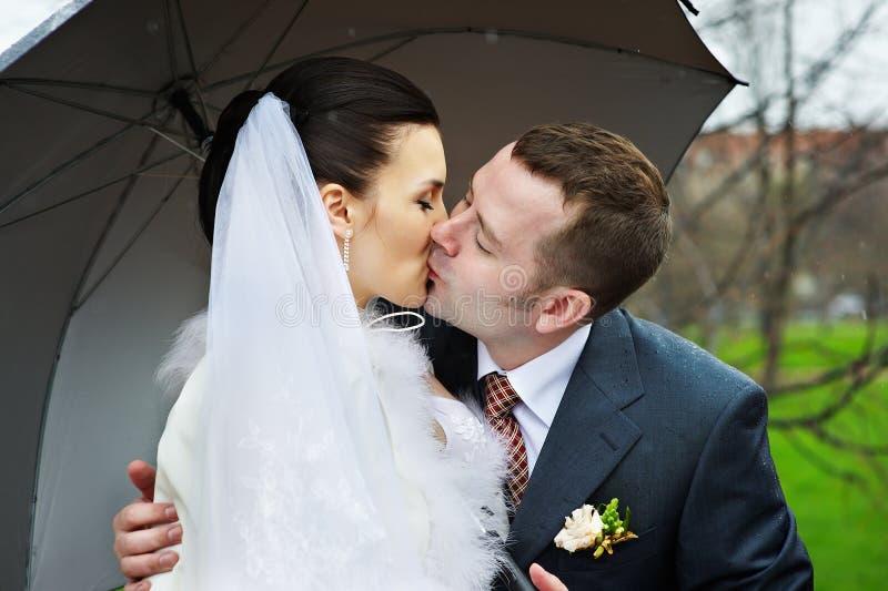 Romantische kus bij huwelijksgang royalty-vrije stock afbeelding