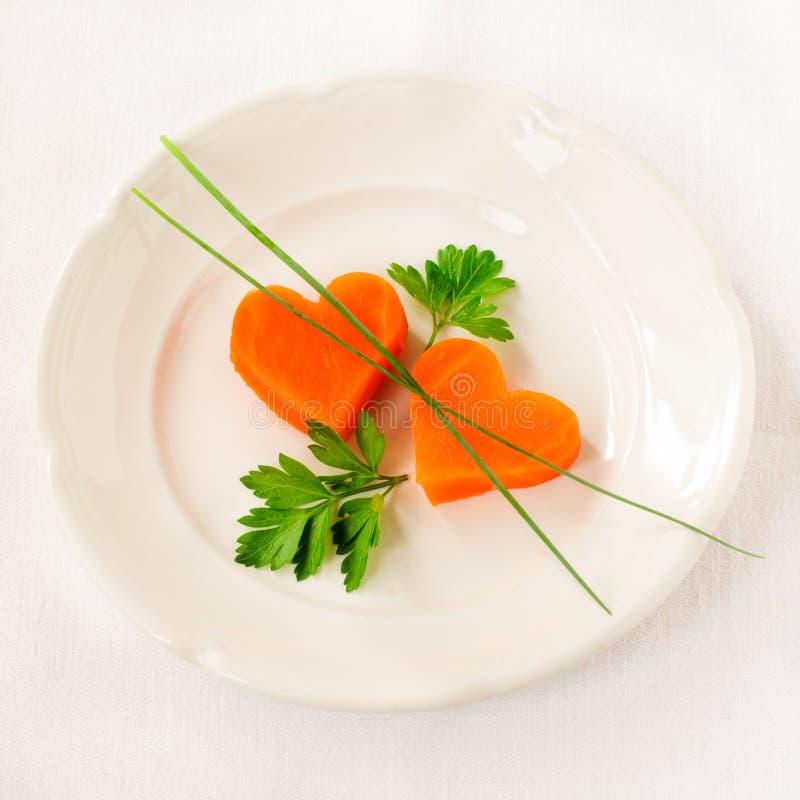 Romantische Laag - caloriediner, Wortelharten stock afbeelding