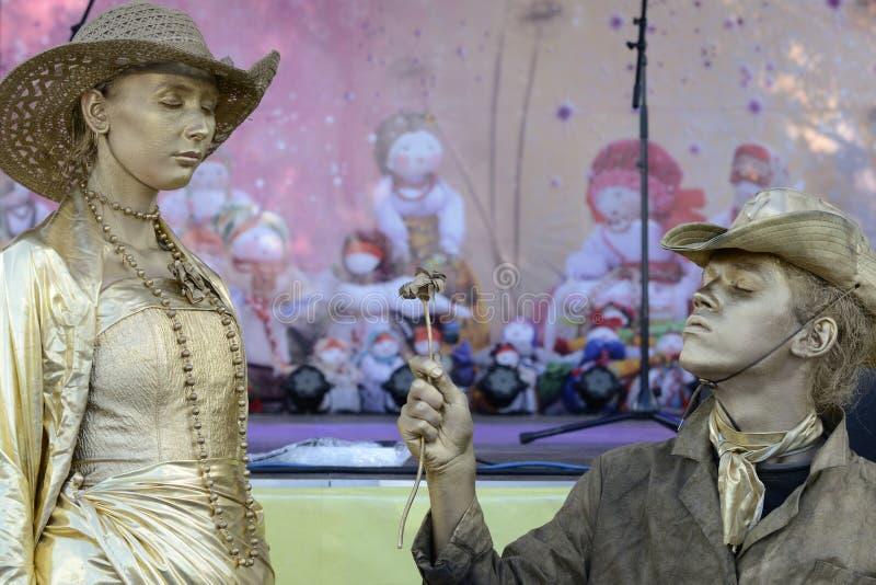 Romantische Leistung der lebendigen Skulpturwestart stockfoto