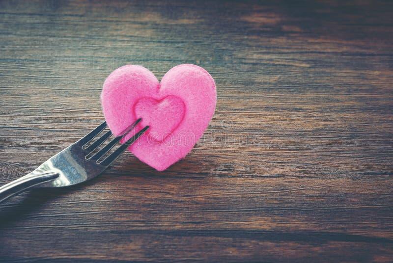 Romantische Liebesnahrung des Valentinsgrußabendessens und Liebe, die das romantische Gedeck des Konzeptes verziert mit Gabel und lizenzfreies stockbild