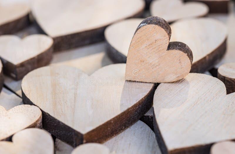 Romantische liefdeachtergrond met leuk littehart op vele houten harten royalty-vrije stock fotografie