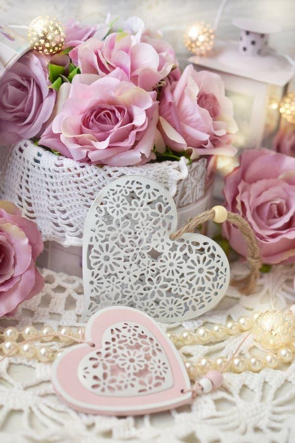Romantische liefdedecoratie in sjofele elegante stijl voor huwelijk of val stock foto's