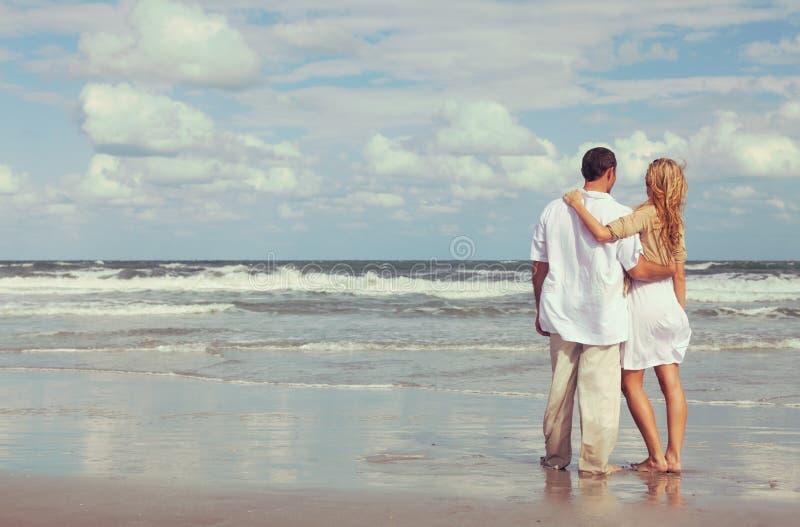 Romantische Mann-und Frauen-Paare, die auf einem Strand umfassen lizenzfreie stockfotos