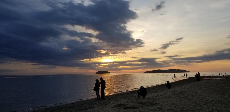 Romantische Menge der Sommersonnenuntergangs-Küste stockfotos
