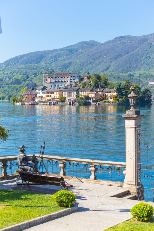 Romantische mening van het eiland van San Giulio bij Meer Orta, Piemonte, Italië stock foto